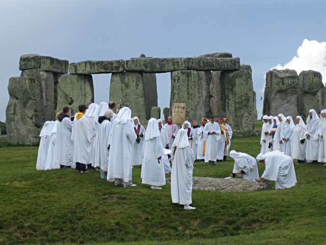 9Druids_celebrating_at_Stonehenge_(0)